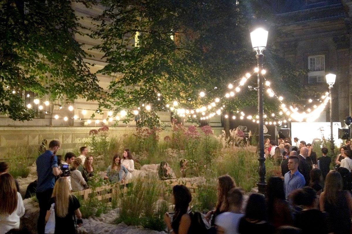 Vlněná zahrada večer